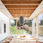 Светлый интерьер летней кухни