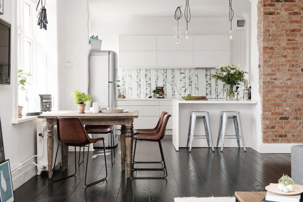 Темный пол в кухне с кирпичной стеной