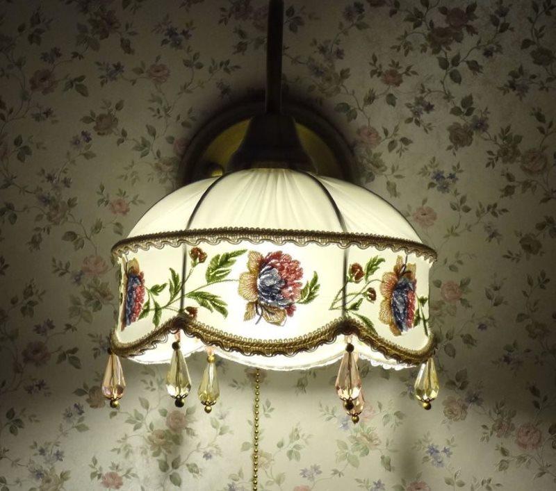 Растительный рисунок на абажуре настенного светильника