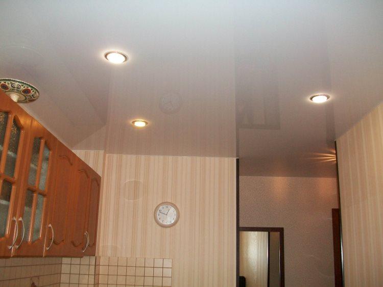 Натяжной потолок кухни со встроенными светильниками
