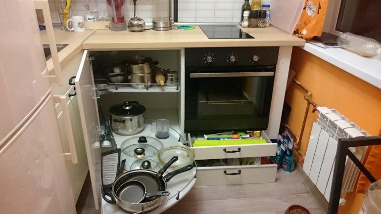 Поворотная карусель в угловом модуле кухонного гарнитура