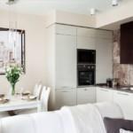 Интерьер угловой кухни с диваном
