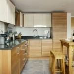 Угловой гарнитур в современной кухне загородного дома