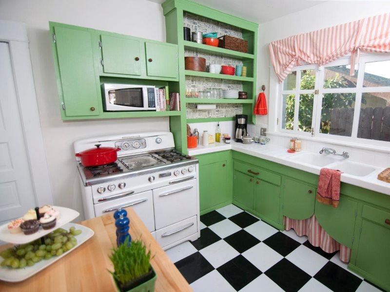 Зеленые фасады Г-образной кухни в стиле ретро