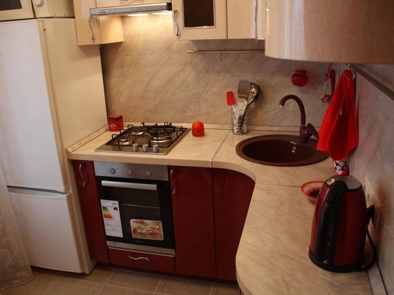 Угловая кухня 6 квадратных метров с газовой плитой