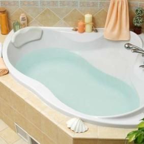 Чистая вода в чаше угловой ванны