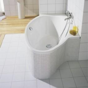 Белая ванна оригинальной формы