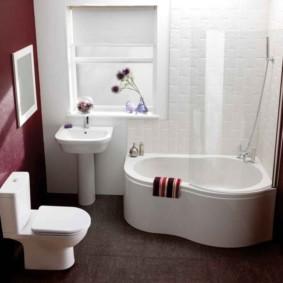 Белая сантехника в ванной с темным полом