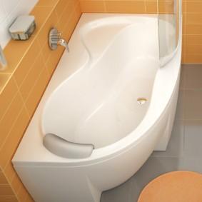 Дизайн ванной комнаты с полочкой для туалетных принадлежностей