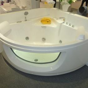 Угловая ванна с окошком и гидромассажем