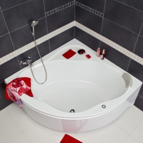 Красное полотенце на белой ванне