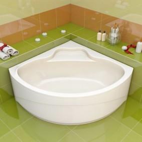 Белая ванна на зеленом полу