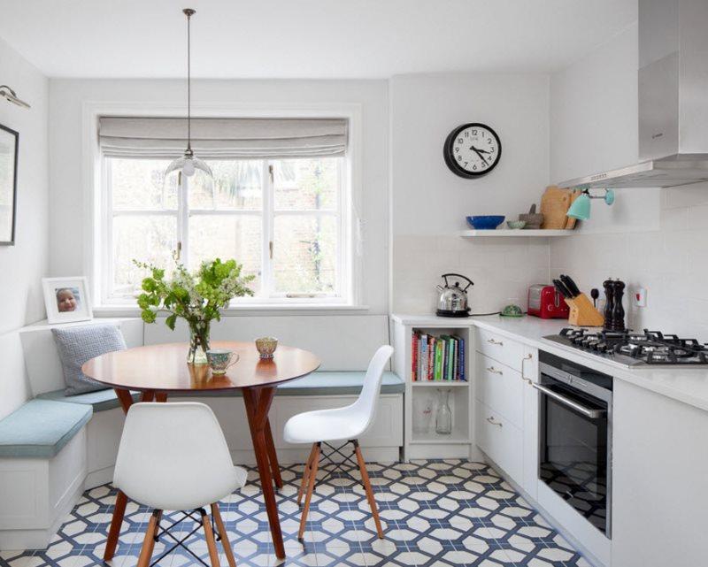 Линейный гарнитур без навесных шкафов в белой кухне