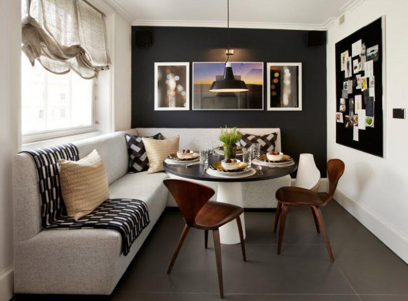 Угловой диван с обивкой светлого цвета на темном полу