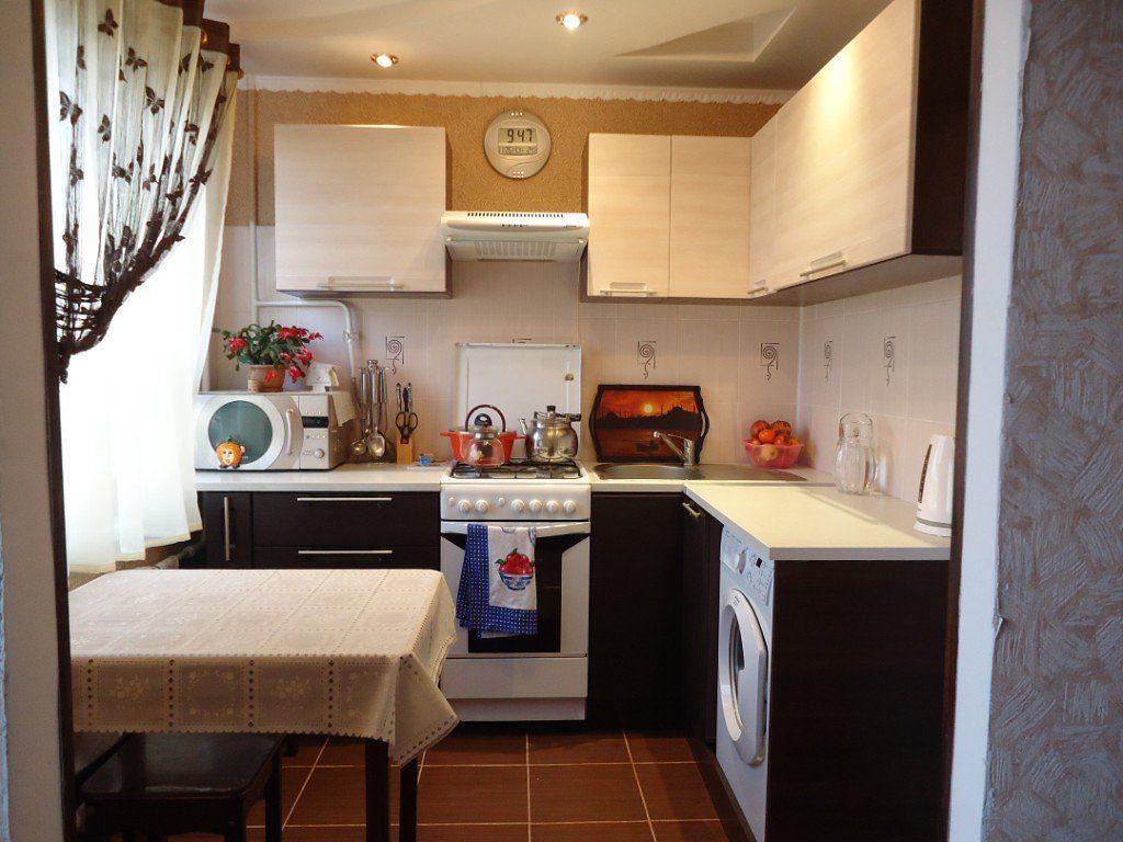 Угловой гарнитур в кухне хрущевки без холодильника