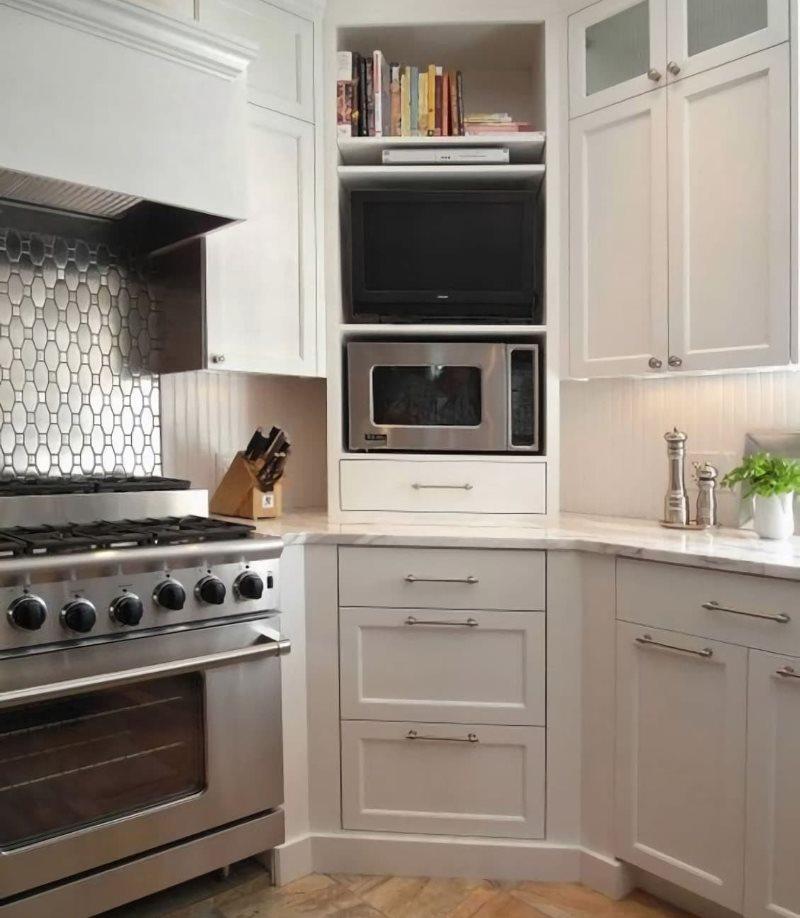 Угловая секция кухонного гарнитура с микроволновой печкой