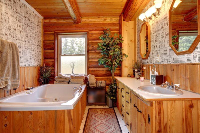 Дизайн ванной комнаты с окном в срубовом доме