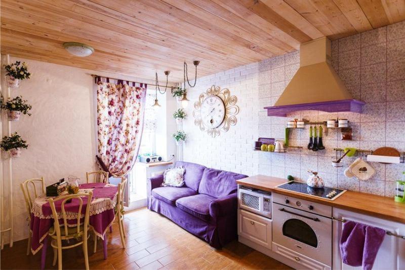 Деревянные потолок в кухне городской квартиры