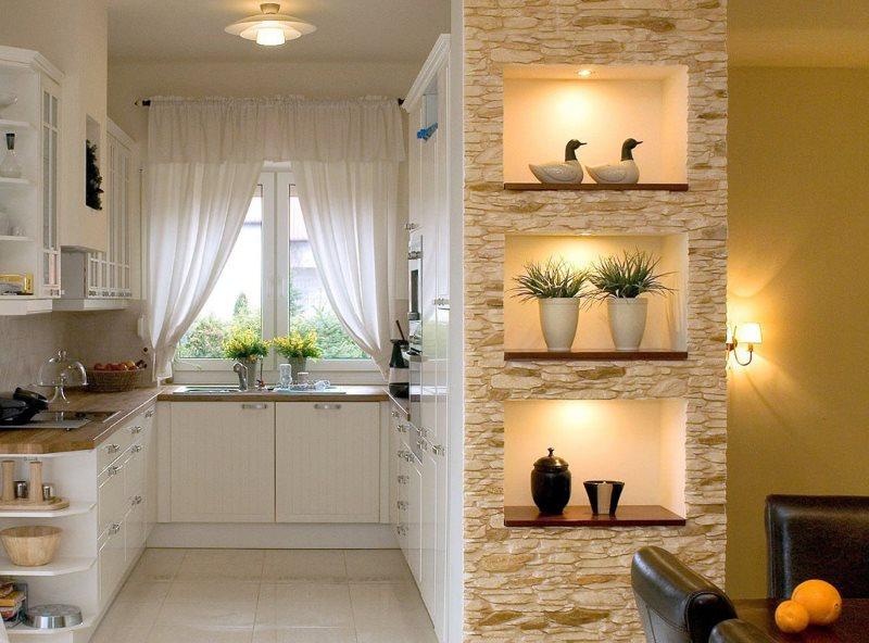 Ниши с подсветкой в интерьере кухни-столовой