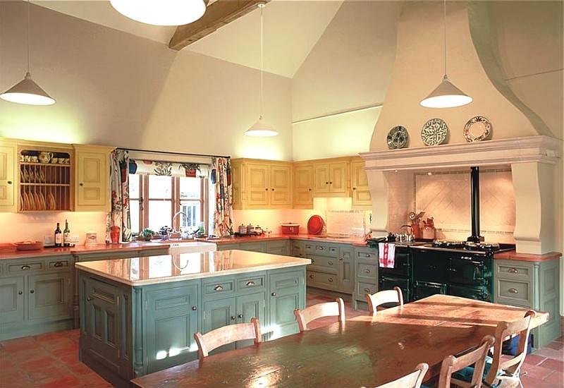 Интерьер кухни в викторианском стиле с высоким потолком