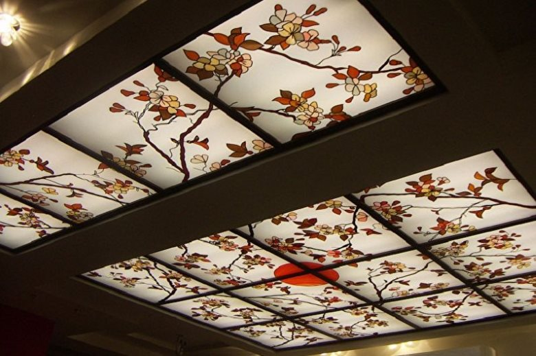 Витражи с японскими мотивами на потолке кухни