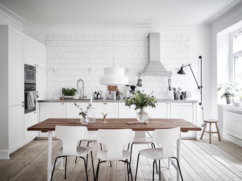 Встроенная техника в угловом гарнитуре в белой кухне