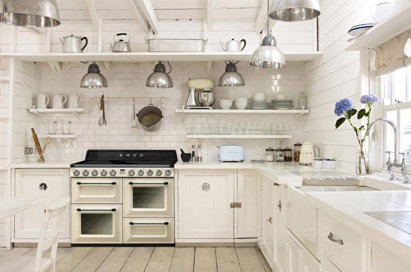 Встроенная духовка в кухне деревенского стиля