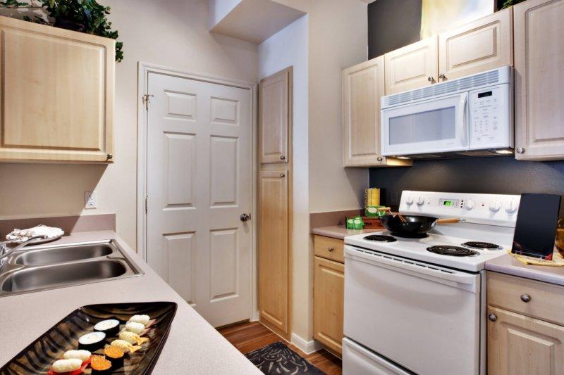 Интерьер небольшой кухни с современной мебелью