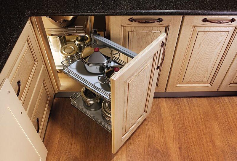 Угловая секция кухонного гарнитура с удобной выдвижной панелью