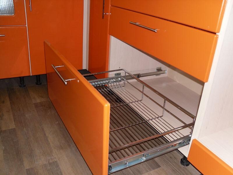 Выдвижной ящик с корзиной в модуле кухонного гарнитура