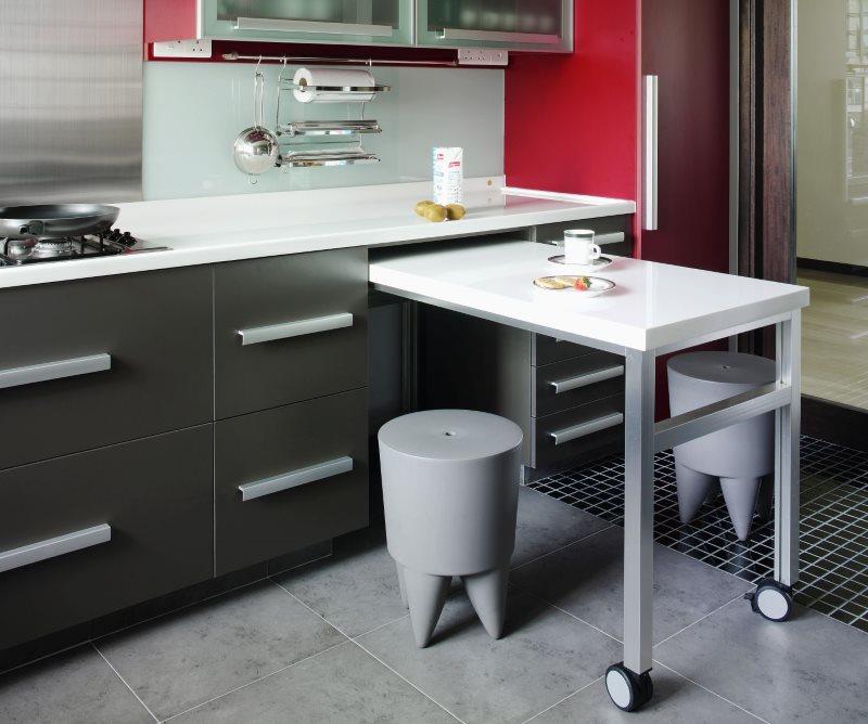 Линейный гарнитур с выдвижным столиком в кухне хрущевки