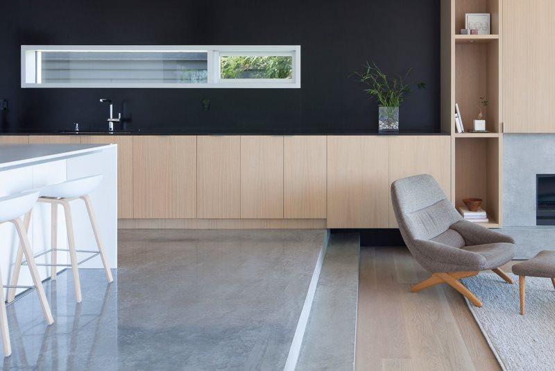 Серая поверхность пола подиума в кухне-гостиной