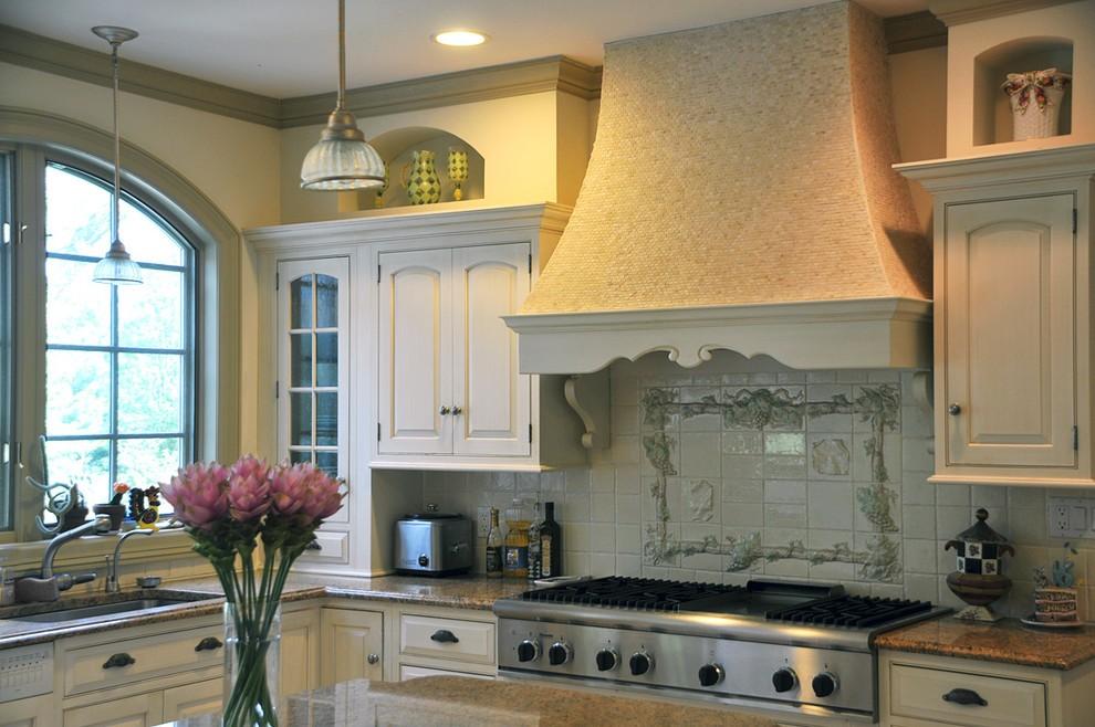 Каминная вытяжка в интерьере классической кухни