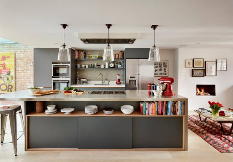 Накладная вытяжка над кухонным островом в частном доме