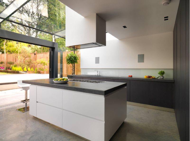 Кухонный остров с вытяжкой в кухне загородного дома