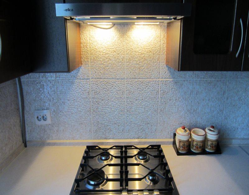 Подвесная вытяжка с подсветкой на газовой плитой