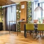 Современная мебель на деревянном полу