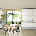 Светло-серый потолок кухни