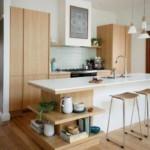 Посуда на деревянных полках кухонного острова
