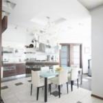 Кухонные стулья с белой обивкой