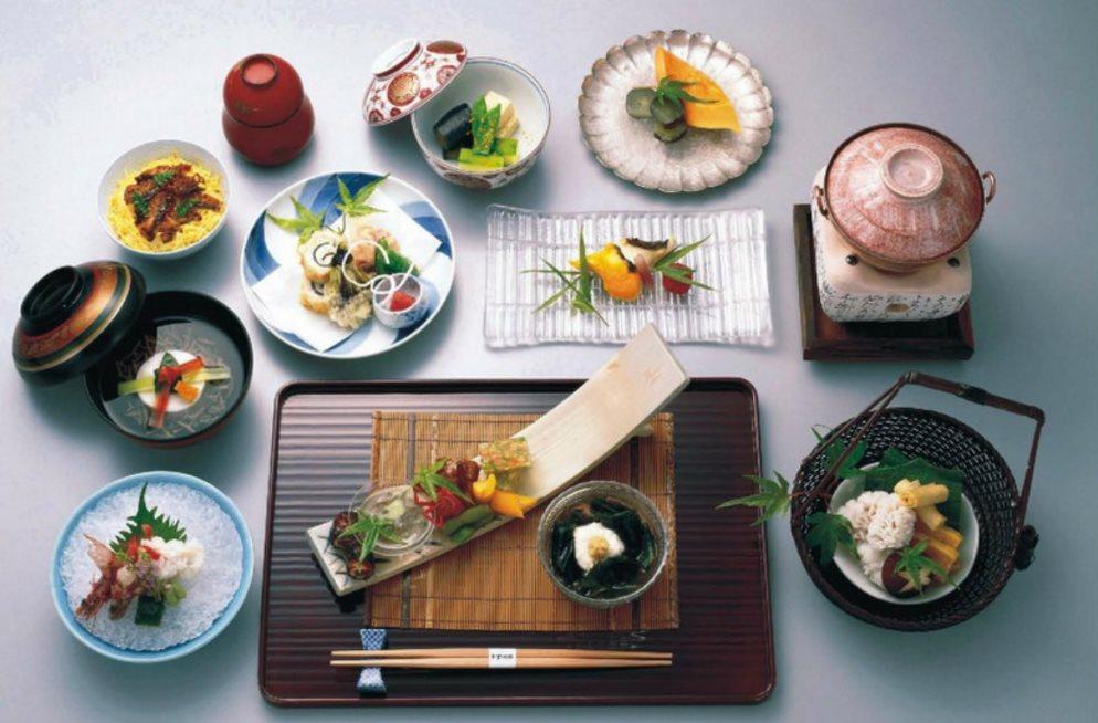 Японская посуда на кухонном столе