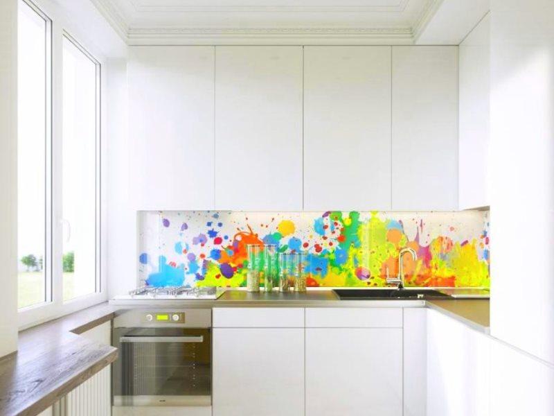 Яркий фартук с фотопечатью в маленькой кухне с холодильником
