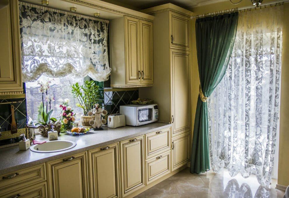 Зеленая штора на двери кухни в частном доме