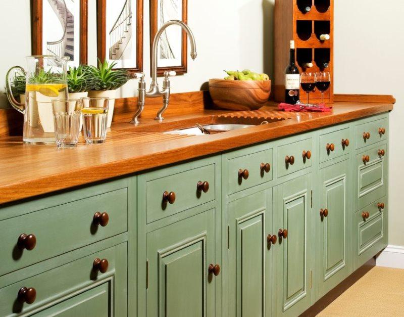 Деревянная столешница с мойкой в кухне стиля прованс