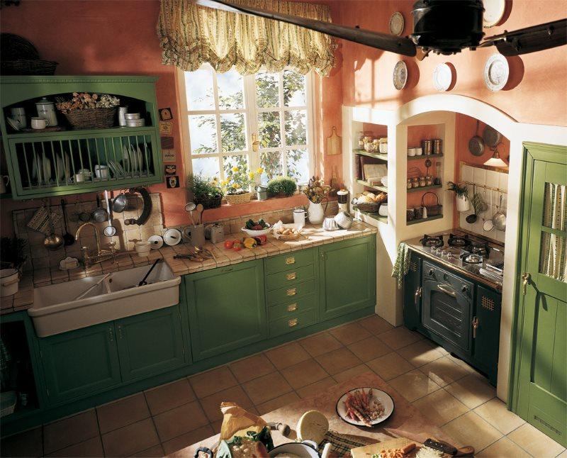 Зеленые фасады кухни в деревенском стиле