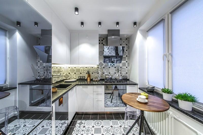 Большое зеркало на холодильнике в маленькой кухне