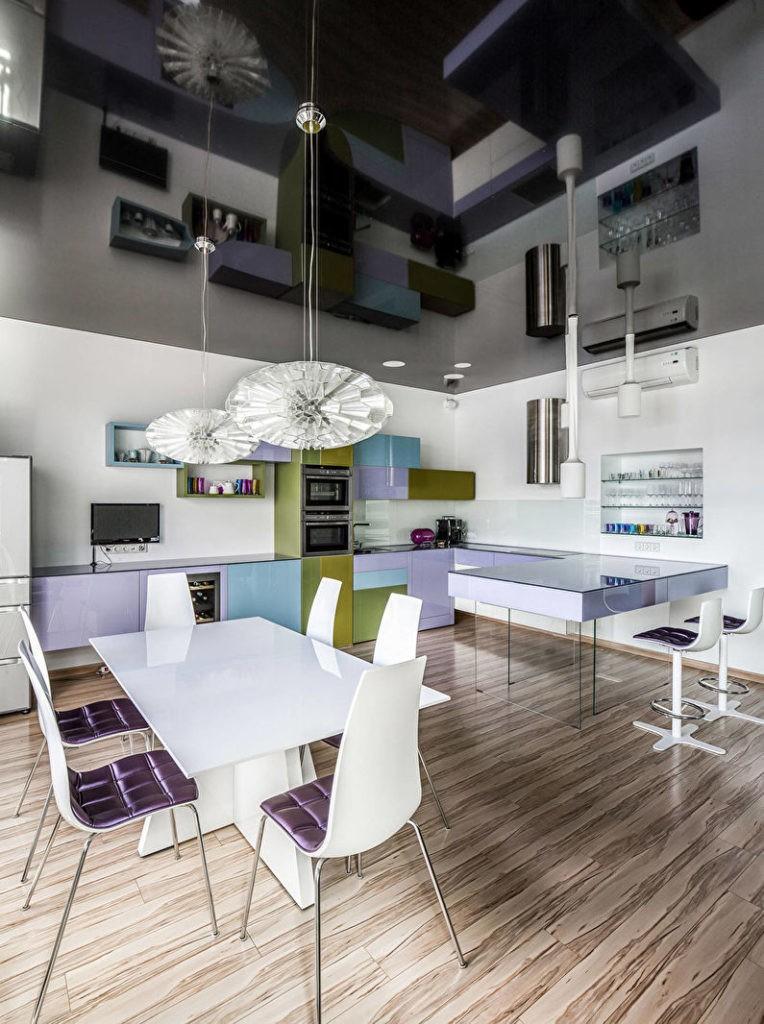 Черный потолок в стильной кухне городской квартиры