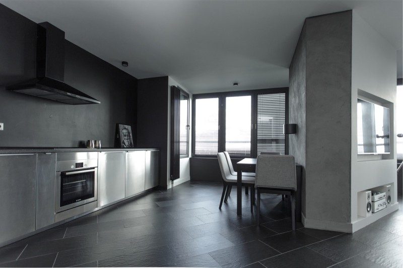 Интерьер кухни в стиле хай-тек с жалюзи на окне