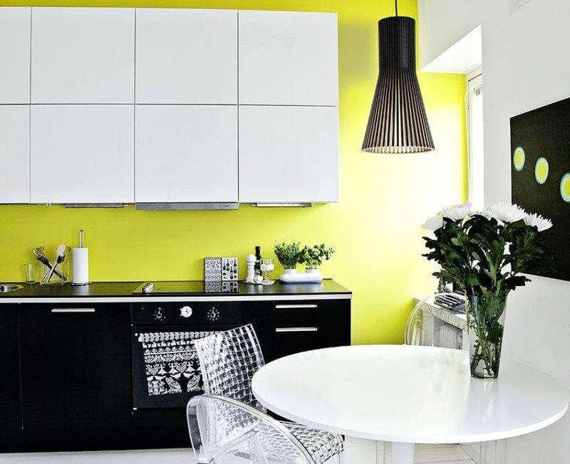 Белые шкафчики на фоне желтой стены