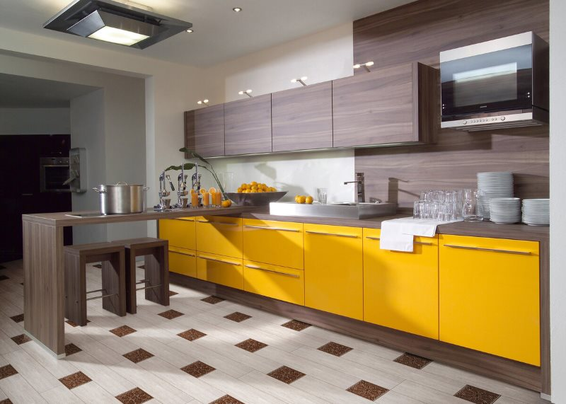 Прямой гарнитур с желтыми и коричневыми фасадами